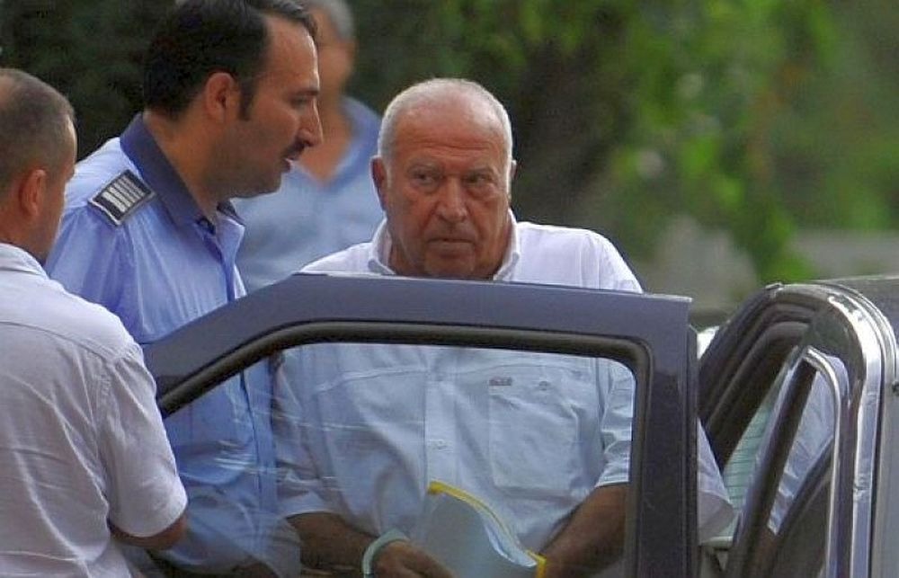 Ieri se vaita ca e grav bolnav si trebuie scos din puscarie, astazi Voiculescu se plimba in Mamaia la volanul unei masini de lux!