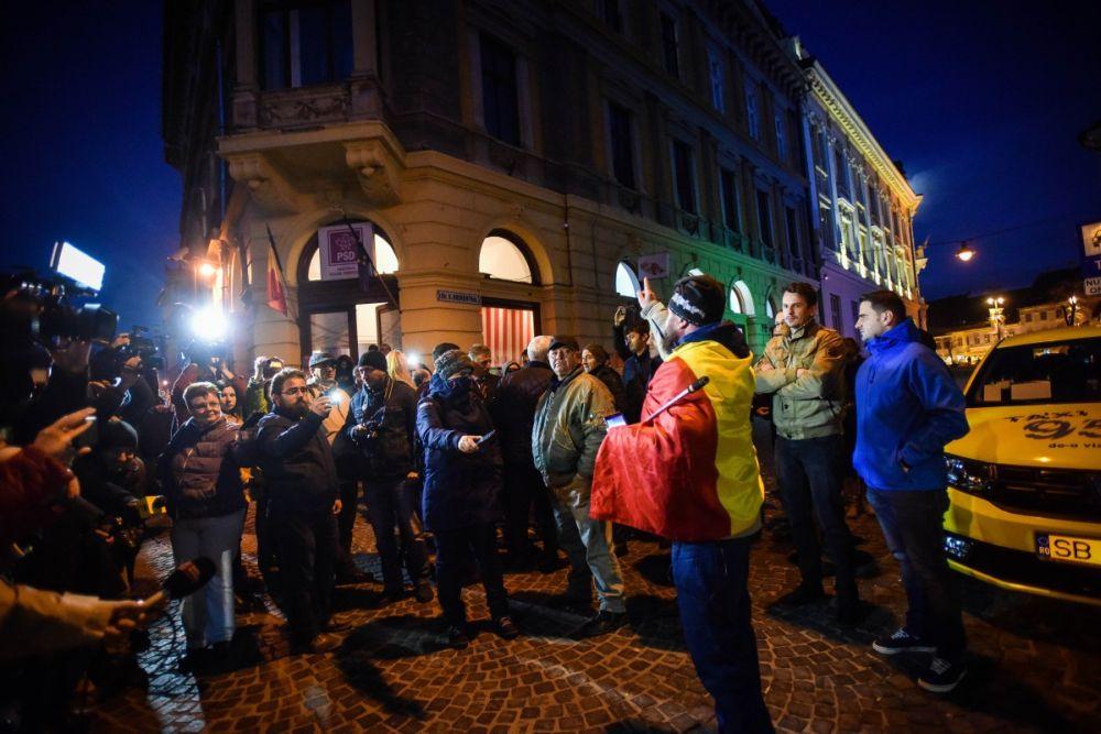 Dragnea si Tudose huiduiti la Sibiu! Au chemat Jandarmeria si apoi au fugit de la sediul PSD!